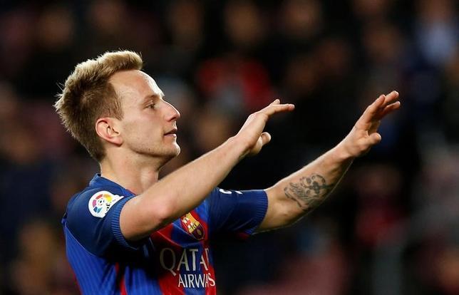 3月9日、サッカーのスペイン1部、バルセロナは、イバン・ラキティッチと2021年までの4年契約を結ぶと発表した。1日撮影(2017年 ロイター/Albert Gea)