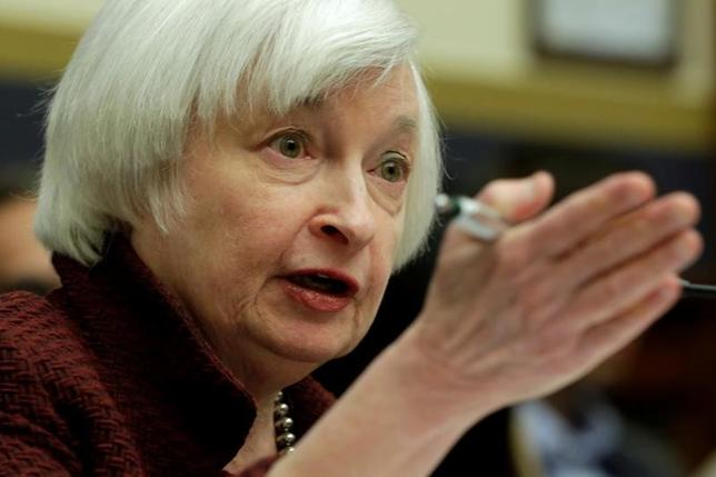 3月10日、米短期金利先物相場は、年内3度の利上げを引き続き織り込んでいる。写真はFRBのイエレン議長。ワシントンで2月撮影(2017年 ロイター/Yuri Gripas)