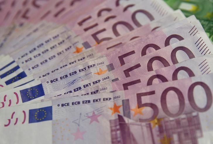 FILE PHOTO:  A photo illustration shows Euro banknotes, January 26, 2015.     REUTERS/Dado Ruvic/File Photo