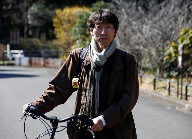 3月10日、2011年3月の東日本大震災と原発事故の災禍を逃れ、福島県から東京に家族で避難してきた少女は、新しく入った学校で「放射能」と呼ばれ続けた。写真は被災者の1人で「ひなん生活をまもる会」会長の鴨下裕也氏。8日に都内でロイターのインタビューに応じた際撮影(2017年 ロイター/Kim Kyung-Hoon)
