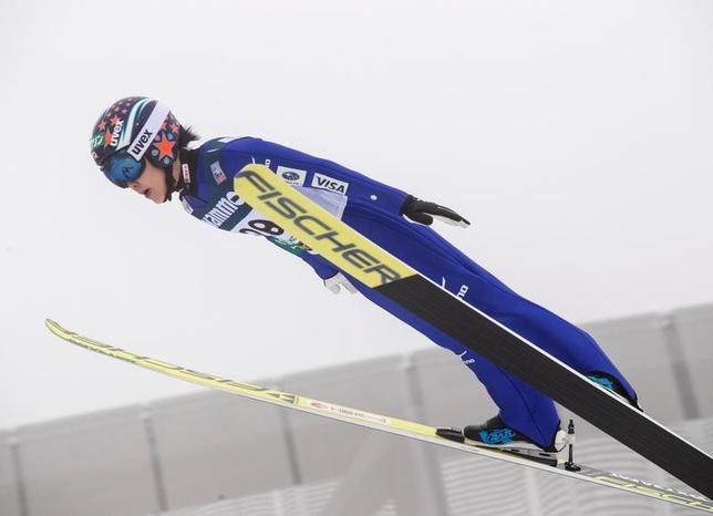3月12日、ノルディックスキーのW杯ジャンプ女子はオスロで個人最終第19戦(ヒルサイズ=HS134メートル)を行い、伊藤有希が130メートル、124.5メートルを飛び、合計258.7点で今季5勝目を挙げた(2017年 ロイター/NTB Scanpix/Terje Bendiksby)