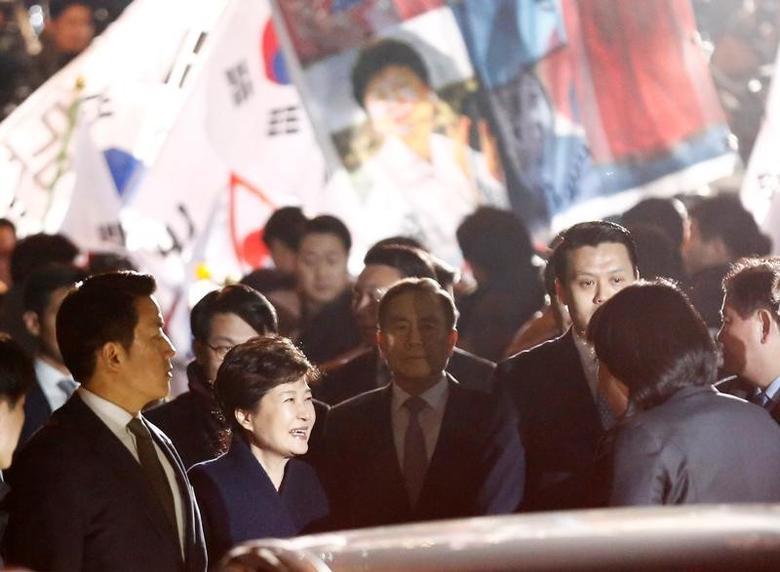 2017年3月12日,遭罢黜的韩国前总统朴槿惠周日离开青瓦台回到位于首尔的私宅。REUTERS/Kim Kyung-Hoon