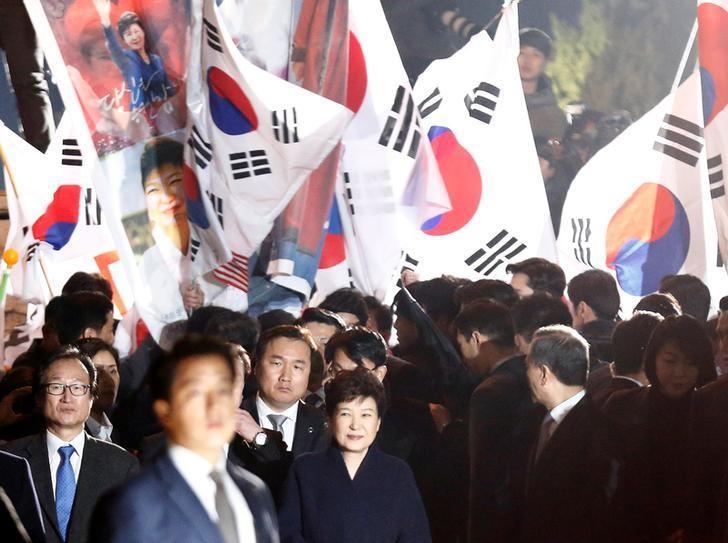 3月12日,遭罢黜的韩国前总统朴槿惠搬回位于首尔的私宅时向支持者致意。REUTERS/Kim Kyung-Hoon