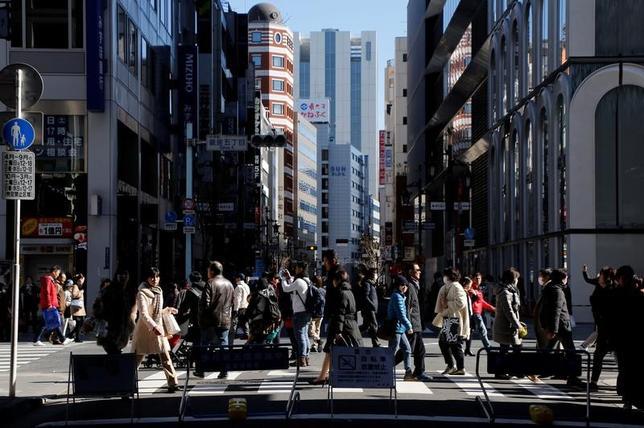 3月13日、寄り付きの東京株式市場で、日経平均株価は前営業日比58円87銭安の1万9545円74銭となり、反落して始まった。都内で先月撮影(2017年 ロイター/Toru Hanai)