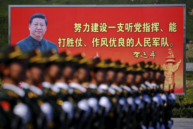 3月13日、中国の習近平国家主席は、全国人民代表大会(全人代、国会に相当)で軍代表に対し、中国人民解放軍の改革・近代化の柱として技術革新を推進する必要があるとの見解を示した。写真は2015年8月北京で行われた中国人民解放軍のパレード演習で撮影(2017年 ロイター/Damir Sagolj)