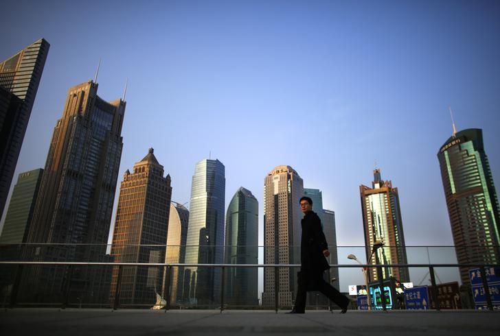 图为2014年3月资料图片,显示行人走在上海浦东街头。REUTERS/Carlos Barria
