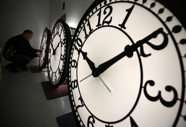 3月11日、米国では現地時間12日午前2時に、ハワイとアリゾナを除く全州で夏の数カ月間時計が1時間早められる夏時間が始まるが、最近、その有効性が問われる研究結果が相次いで発表されている。写真は2013年3月撮影(2017年 ロイター/Brian Snyder)