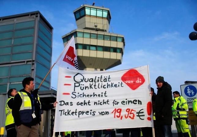 3月13日、ドイツの首都ベルリンにある空港2カ所で、地上職員の賃金交渉を巡るストライキにより計660便が欠航となった。写真は抗議する組合員(2017年 ロイター/Hannibal Hanschke)