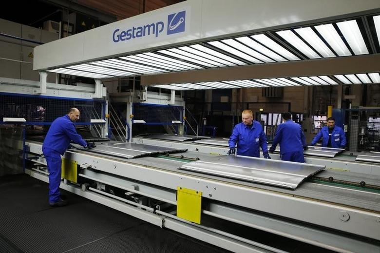 FILE PHOTO: Gestamp employees work in the Gestamp chassis innovation center in the western German city of Bielefeld December 2, 2014, during the visit of Spain's King Felipe (unseen).     REUTERS/Wolfgang Rattay