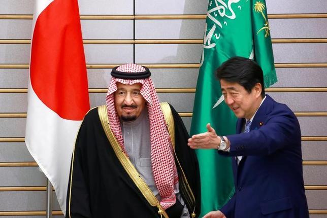 3月13日、安倍晋三首相(写真右)とサウジアラビアのサルマン国王(写真左)の首脳会談が行われた。両国は経済協力強化に向けた方針「日・サウジ・ビジョン2030」を発表した。代表撮影(2017年 ロイター)