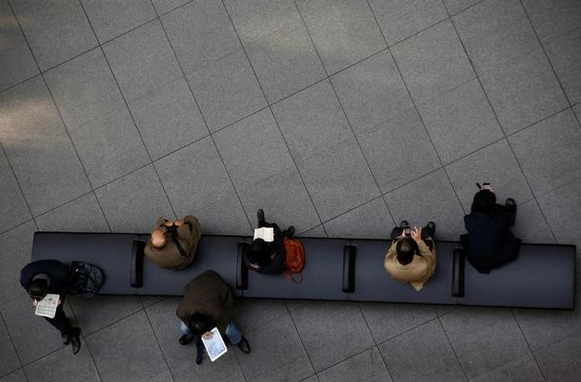 3月14日、寄り付きの東京株式市場で、日経平均株価は前営業日0円54銭高の1万9634円29銭となり、横ばいで始まった。都内で1月撮影(2017年 ロイター/Kim Kyung-Hoon)