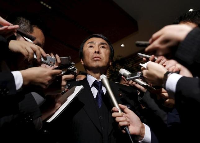 3月14日、石原経済再生相は米FOMCで予想される利上げについて「利上げ観測が強いことは承知している」とした上で、米利上げは「世界経済や日本にも影響を与えるので、実際利上げ後を注視する必要がある」と指摘した。昨年1月撮影(2017年 ロイター/Yuya Shino)