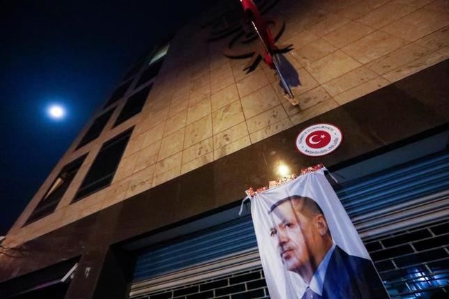 3月13日、オランダ国内でのトルコ系住民集会に参加しようとしたトルコ閣僚の入国をオランダ政府が拒否したことを受け、トルコは、オランダとのハイレベルの外交関係を停止すると発表した。写真はオランダ・ロッテルダムのトルコ大使館に飾られたトルコ・エルドアン大統領の写真。12日撮影(2017年 ロイター/Yves Herman)