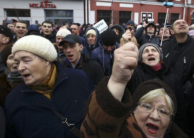 3月12日、ベラルーシで、労働時間の少ない人に課税する「社会的パラサイト(寄生虫)税」に対し、抗議が広がっている。この税制は2015年に導入されたもので、労働日数が年間180日以下の人に250ドル(約2.9万円)が課税される。写真はバブルイスクで12日撮影(2017年 ロイター/Vasily Fedosenko)