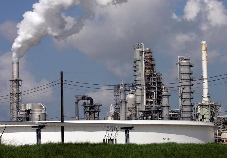 The Valero St. Charles oil refinery is seen during a tour of the refinery in Norco, Louisiana, U.S. on August 15, 2008.    REUTERS/Shannon Stapleton/File Photo