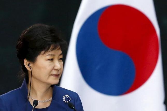 3月15日、韓国検察は朴槿恵(パク・クネ)前大統領を収賄疑惑などで21日に聴取することを明らかにした。写真は昨年4月撮影(2017年 ロイター/Edgard Garrido)