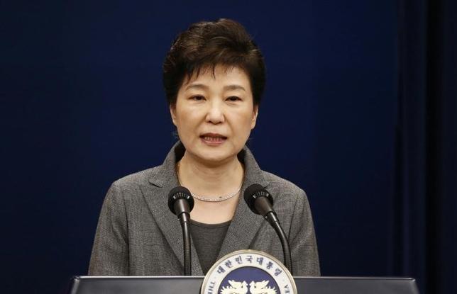 3月15日、韓国の朴槿恵前大統領(写真)の収賄疑惑などを調べる検察当局は、事情聴取を行うため、朴氏に21日午前9時半(日本時間も同じ)に出頭するよう要請したと明らかにした。写真は昨年11月ソウルでの代表撮影(2017年/ロイター)