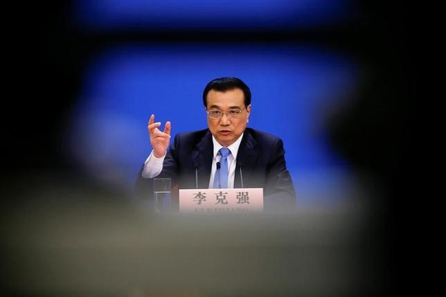 3月15日、中国の李克強首相は、人民元は基本的に安定を維持するとの見通しを示し、元安により輸出を促進する考えはないと言明した。写真は北京・人民大会堂で行われた記者会見の模様(2017年 ロイター/Damir Sagolj)