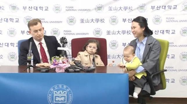 3月15日、今月10日に自宅書斎でスカイプを通じBBCの生中継インタビューに応じていたところ、2人の子どもが乱入して会話が中断、この「出来事」がネットで数百万回再生され話題になった韓国釜山国立大学のロバート・ケリー准教授は多くの「寛大な感想」が寄せられたと語った。写真は釜山大学で会見する一家のようす。ロイタービデオの映像から(2017年 ロイター)