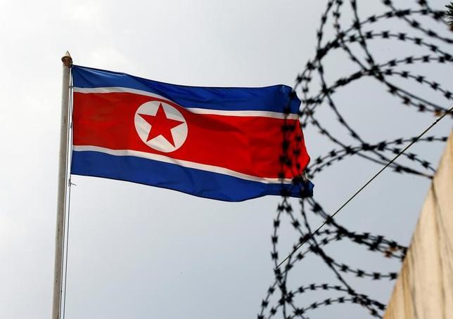 3月16日、北朝鮮の金正恩朝鮮労働党委員長の異母兄、金正男氏がマレーシアで殺害された事件に関連し、国際刑事警察機構(インターポール)は、事件当日に出国したとみられる北朝鮮国籍の4人の容疑者に対して、「赤手配書」と呼ばれる国際手配書を発行した。写真は北朝鮮の国旗。クアラルンプールで9日撮影(2017年 ロイター/Edgar Su)