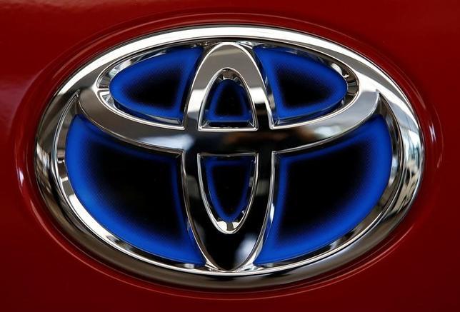 3月16日、トヨタ自動車の欧州部門の最高経営責任者(CEO)を務めるヨハン・ファンゼイル氏は、2億4000万ポンド(2億9400万ドル)を投じて英国のバーナストン工場で新しい車台をベースにした自動車を生産することを明らかにした。写真はトヨタのロゴ。2月撮影(2017年 ロイター/Kim Kyung-Hoon)