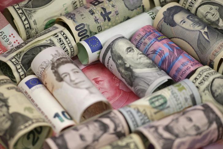 图为2016年1月拍摄的欧元、美元、人民币、英镑、日圆和港元等币种。美联储周三决议加息,从中国到土耳其乃至英国当局周四都对美国的政策调整作出回应。REUTERS/Jason Lee