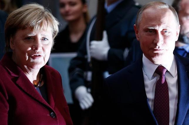 3月16日、ロシアのプーチン大統領(写真右)は、ドイツのメルケル首相(写真左)が5月2日にモスクワを訪問すると明らかにした。2014年のクリミア併合後、同首相のロシア訪問は初めて。写真は昨年10月ドイツ・ベルリンで、両首脳がウクライナ東部の行き詰った和平計画について会談したときのもの(2017年 ロイター/Hannibal Hanschke)
