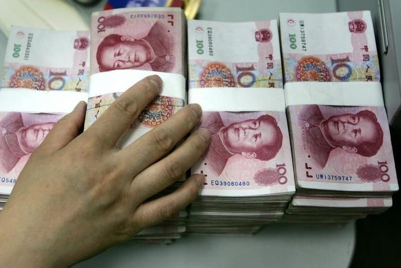 2005年7月,北京一家银行的雇员在清点人民币纸币。 Reuters/Jason Lee