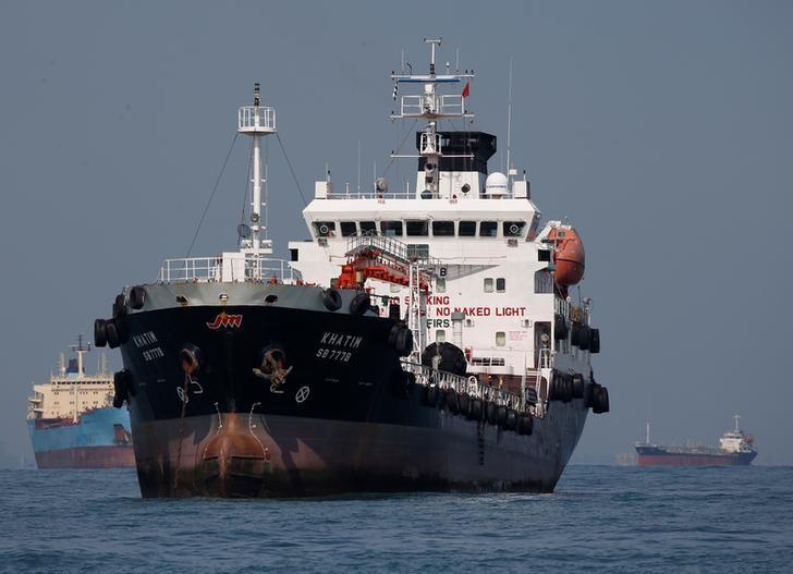 2016年6月资料图:途径新加坡南部海域的多艘油轮。REUTERS/Edgar Su