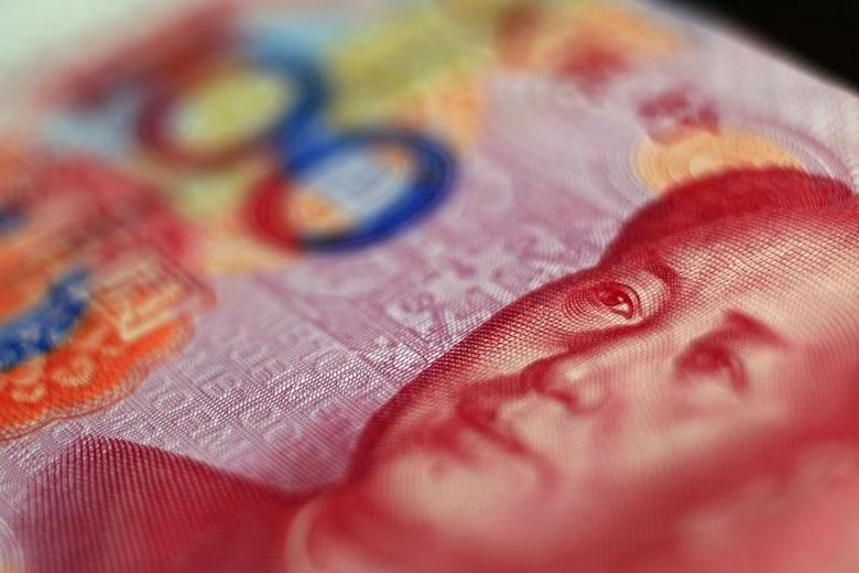 资料图片:百元面值的人民币纸币上的毛泽东头像。REUTERS/Petar Kujundzic