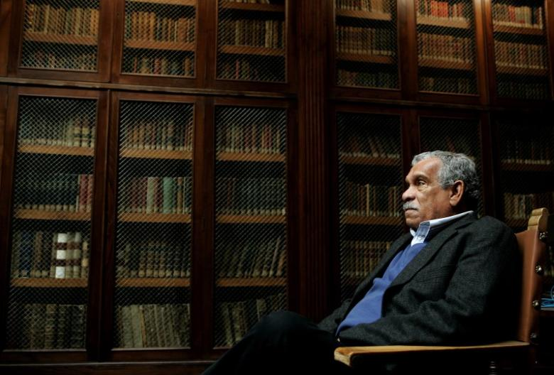 Literature Nobel laureate Derek Walcott sits inside the library of Oviedo's University March 21, 2006.    REUTERS/Eloy Alonso