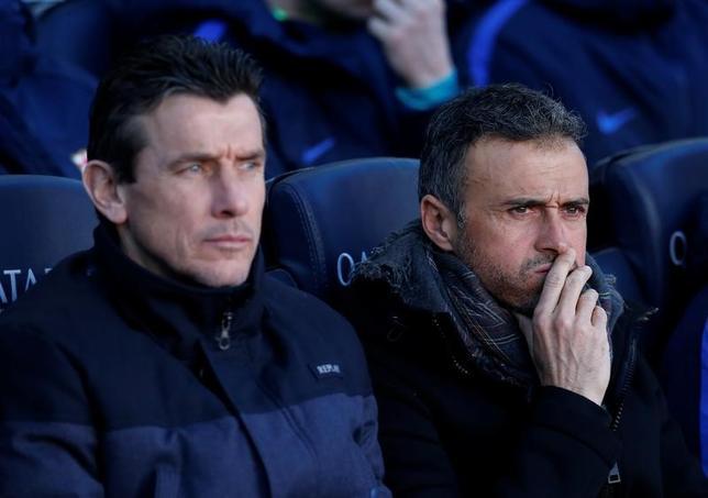 3月17日、サッカーのスペイン1部、バルセロナの主将アンドレス・イニエスタらは、今季限りで退任するルイスエンリケ監督(右)の後任に、アシスタントコーチのフアン・カルロス・ウンスエ氏(左)を推す意向を示した。バルセロナで1月撮影(2017年 ロイター/Albert Gea)