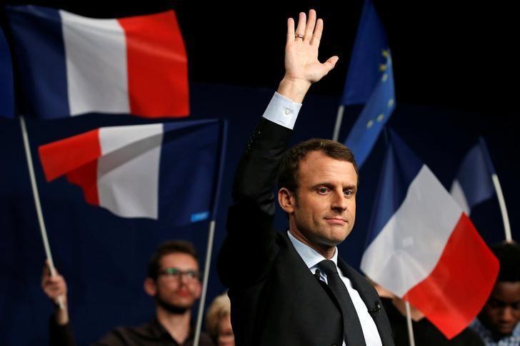 3月17日,法国总统候选人马克龙在兰斯参加一次会议。REUTERS/Pascal Rossignol