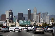 Los fabricantes de automóviles aplaudieron el llamamiento que el presidente Donald Trump hizo el miércoles para que la Agencia de Protección Ambiental de Estados Unidos revise y posiblemente relaje los estándares para la eficiencia en los coches. Pero el gobierno de California ve las cosas de otra forma. Imagen de archivo de la autopista 110 con los rascacielos de Los Ángeles, California, al fondo. REUTERS/Lucy Nicholson