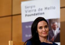 """La actriz y enviada especial de ACNUR Angelina Jolie asiste a una conferencia de la ONU en Ginebra, Suiza, 15 de marzo, 2017. La actriz Angelina Jolie, enviada especial de la agencia de la ONU para los refugiados, llamó el miércoles al internacionalismo ante las guerras que desplazan a las personas de sus hogares y una """"creciente oleada de nacionalismo disfrazado de patriotismo"""". REUTERS/Denis Balibouse"""
