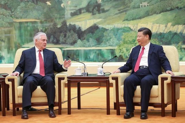 3月19日、米国務省は、報道官の声明を発表し、ティラーソン国務長官(写真左)が19日に中国の習近平国家主席(写真右)と30分間にわたり会談し、トランプ大統領が「早期の」会談を期待していると伝えたことを明らかにした。写真は19日北京で撮影(2017年 ロイター/Lintao Zhang)