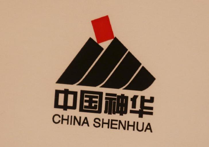 资料图片:2016年3月中国神华在香港业绩发布会现场的企业标识。REUTERS/Bobby Yip