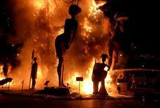 تماثيل محترقة في ختام مهرجان فاياس في بلنسية بإسبانيا يوم الاثنين - رويترز.