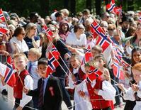 Noruega desplazó a Dinamarca como el país más feliz del mundo en un nuevo informe divulgado el lunes que instó a las naciones a aumentar la confianza social y la igualdad para mejorar el bienestar de sus ciudadanos. En la imagen, niños durante el día nacional de Noruega, en Oslo, el 17 de mayo de 2016. NTB Scanpix/Terje Pedersen/via REUTERS