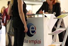 Le chômage reste en tête des préoccupations des Français, avec leur pouvoir d'achat, selon un sondage Ifop publié lundi par le site Atlantico. 74% des Français sont à estimer que les responsables politiques peuvent améliorer la situation de l'emploi, Emmanuel Macron étant jugé le plus crédible sur ce front par 24% des personnes interrogées. /Photo d'archives/REUTERS/Charles Platiau