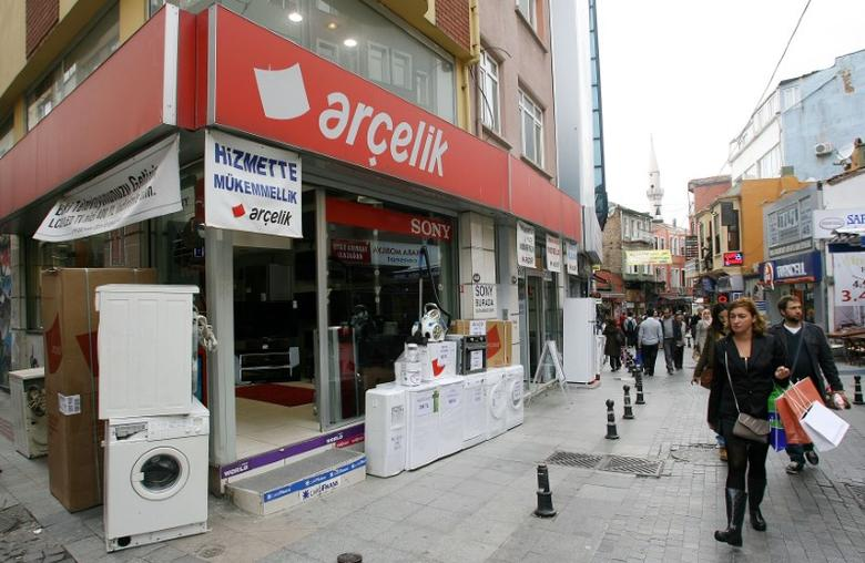 People walk past an Arcelik dealer selling washing machines and refrigerators in Istanbul October 12, 2011.   REUTERS/Serkan Senturk