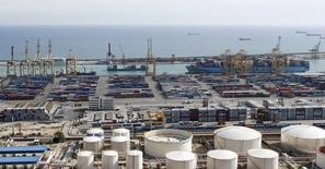 Dos personas han sido rescatadas y otras dos se encuentran desaparecidas tras producirse una colisión entre dos embarcaciones en el puerto de Barcelona, informaron portavoces del puerto y de Salvamento Marítimo. Imagen general de una de las terminales del Puerto de Barcelona tomada el 23 de octubre de 2013. REUTERS/Albert Gea