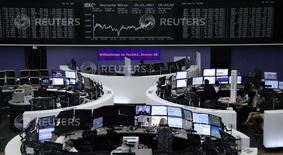 متعاملون أثناء التداول في بورصة فرانكفورت يوم الاثنين. تصوير: رويترز.