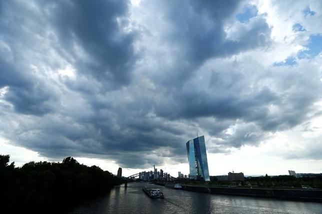 3月20日、ECBが公表したデータによると、海外投資家によるユーロ圏債券取引は、ユーロが導入された1999年以降で初めて売り越しとなった。ECB本部、昨年7月撮影(2017年 ロイター/Ralph Orlowski)