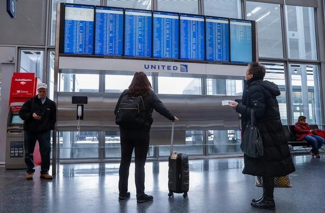 3月20日、米政府関係者によると、米航空当局はテロ警戒のため、一部の海外航空会社が運航する米国行きの便について、携帯電話より大きい電子機器の機内持ち込みを禁止する。シカゴの国際空港で13日撮影(2017年 ロイター/Kamil Krzaczynski)