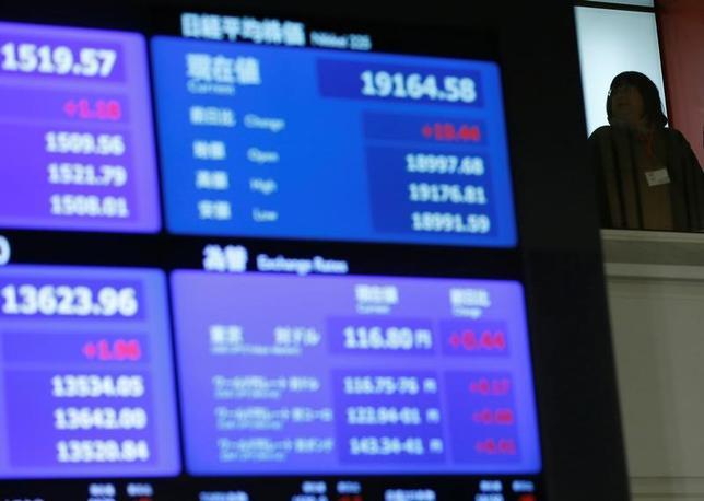 3月21日、今週の東京株式市場は神経質な展開となるとみられている。G20財務相・中央銀行総裁会議で「保護主義に反対」という定番の表現が共同声明から削除され、市場の一部に不安の声が上がっている。東証で昨年12月撮影(2017年 ロイター/Toru Hanai)