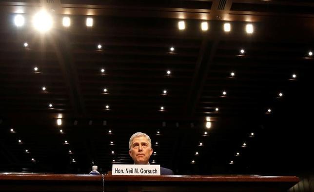 3月20日、米上院司法委員会は、トランプ大統領が連邦最高裁判事に指名したニール・ゴーサッチ連邦控訴裁判事の指名承認公聴会を開催した(2017年 ロイター/Jim Bourg)