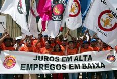 Membros da Força Sindical protestam em Brasília 16/06/2005 REUTERS/Jamil Bittar