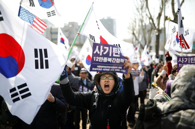 Supporters of South Korea's ousted leader Park Geun-hye attend a rally in front of a prosecutor's office in Seoul, South Korea, March 21, 2017.  REUTERS/Kim Hong-Ji