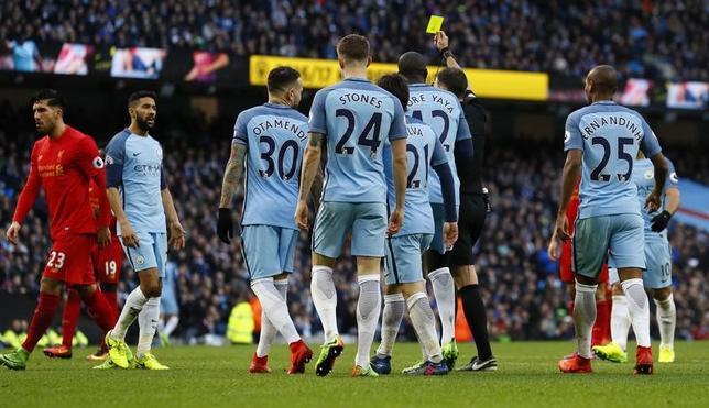 3月20日、イングランド・サッカー協会は、選手たちが試合中に不適切な言動を取ったとして、マンチェスター・シティー(マンC)に処分を下すと明らかに。写真左から2人目はイエローカードを提示されたガエル・クリシー。英マンチェスターで19日撮影(2017年 ロイター)